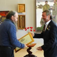 член-корреспондент А. Тихомиров вручает Диплом Академии РАХ  А. Буянову