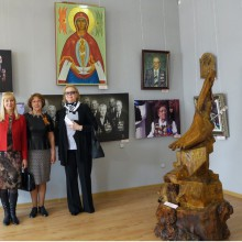 слева-Н.Грызлова, В.Рожкова, Е.Тихомирова-академическая выставка- 70 лет Победы.
